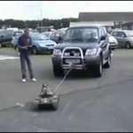 Czołg-zabawka ciągnie auto!