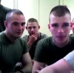 Młodzi Marines oglądają OBRZYDLIWY film porno!