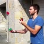 Żongluje kostkami Rubika!