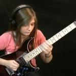 14-latka z gitarą elektryczną