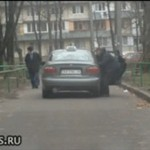 Wywlekanie pijanego z taksówki (ROSJA)