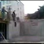Wygłupy na budowie - SKOK NA MOKRY BETON!