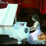 Gra na fortepianie, chociaż... ma tylko jedną sprawną rękę!