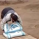 Pracownik pokonany przez wór cementu!