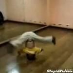 Niesamowity młody breakdancer!