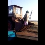 Baba na traktorze