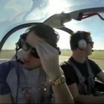 Pilot próbuje przekonać swojego przyjaciela, że latanie nie jest straszne