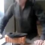 Rosjanin próbuje rozwalić cegłę głową