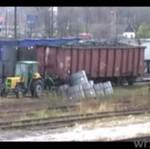 Traktor ciągnie wagon z węglem