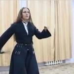 Dziewczyna z Rosji tańczy z szablami kozackimi