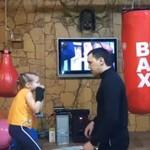 Ojciec uczy córkę boksu - HIT INTERNETU!