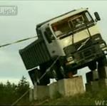 Ciężarówka spada z urwiska