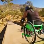 Zawodowiec na wózku testuje rampę