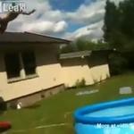 Skok z dachu do basenu