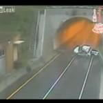 Auto spadło z wiaduktu