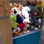 Cygańskie dziecko okrada automat z maskotkami