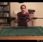 Ta mała zna się na broni!