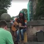 Uliczny muzyk zmierzył się z piosenką Boba Marleya