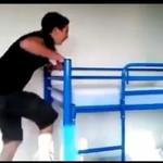 Skok na piętrowe łóżko