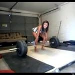 Drobna brunetka podniosła... 92 kilo!
