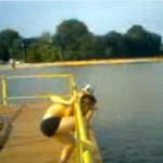 Złapał kaczkę, skacząc z mostu - O MATKO!