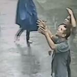 Złapał dziecko, które wyleciało przez okno!