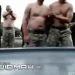 Żołnierze testują paralizator