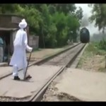 Indyjski starzec czeka na pociąg