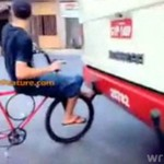 Zaczepił się STOPAMI o autobus!