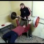 Chciał pokazać koledze, jak się podnosi ciężary...