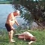 Chciał pomóc pijanemu koledze