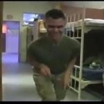 Żołnierz udaje dinozaura