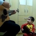 Dwulatek śpiewa piosenkę Beatlesów!
