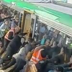 Jego noga utknęła pod pociągiem... Ludzie podnieśli wagon!