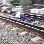 Położył się pod pociągiem - dla zabawy!