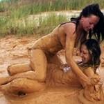 Modelka zażywa kąpieli błotnej