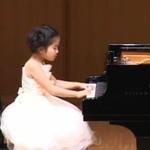 Sześciolatka gra na pianinie