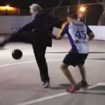 Myślicie, że dziadek nie może grać w piłkę?