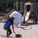 Zboczeniec rozbiera się przed dziećmi - KAWAŁ