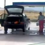 Kobieta myje samochód - O MATKO...