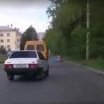 Nierozważny kierowca prawie zabił pracowników drogowych!