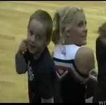 Dzieciak podrywa cheerleaderkę
