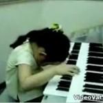 Niesamowite umiejętności małej pianistki