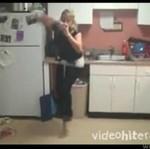 Wypiła 2 piwa, skacząc na pogo!