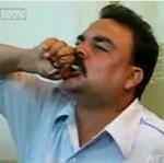 Iracki żołnierz zjada ŻYWĄ żabę!