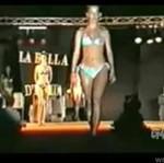Modelka zapatrzyła się na publiczość