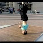 Breakdancer w zwolnionym tempie