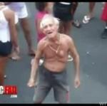 Dziadek podrywa nastolatki - HA, HA, HA!