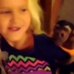 Śliczna małpka cieszy się z powrotu babci