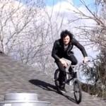Skok rowerem z dachu